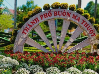 """Đắk Lắk: Đường phố """"mặc áo hoa"""" chuẩn bị đón Tết"""